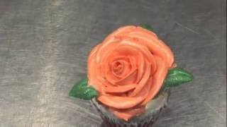 Как сделать розу из масляного крема - How to make a rose out of butter cream(Посмотрев это видео, вы сможете легко и просто сделать такую же красивую розу из крема для торта или пирожно..., 2016-07-17T13:18:52.000Z)