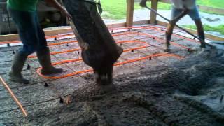 заливка бетоном теплого пола 2(Аккуратно заливаем теплый пол бетоном в нашем гараже. Video for site http://www.m-str.ru., 2014-01-28T14:58:42.000Z)