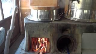 古い竈を使って薪でたくご飯の様子です。丁度ふきあがりあと5分でできあ...