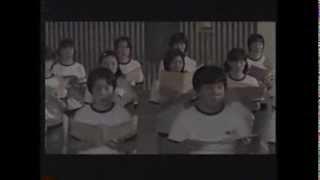 ブルマー姿で合唱する女子中学生