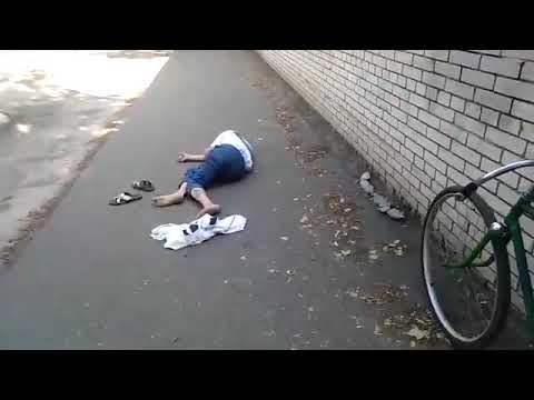 Мужчина лежит на улице в Кузнецке Пензенской области