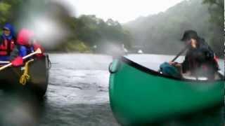 晴れて漕ぐのは当たり前。どしゃぶりの日は、カヌーに水がたまる、たま...