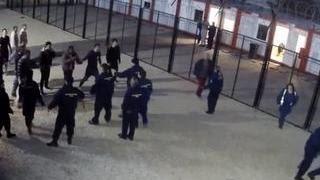 В Венгрии мигранты начали приставать к женщинам-полицейским