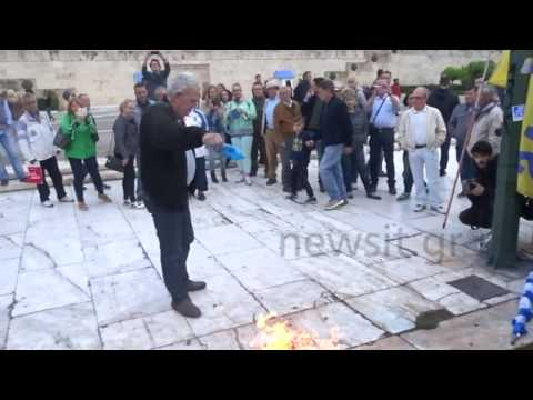 Έκαψαν σημαία του ΣΥΡΙΖΑ