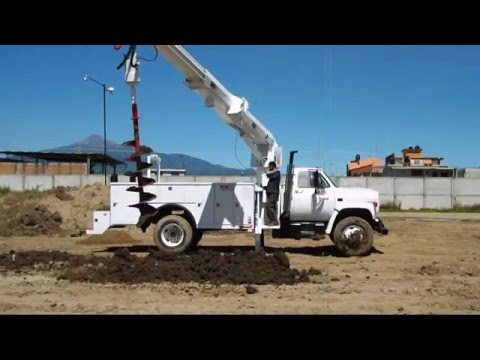Grúa con taladro (drill) ideal para instalar postes