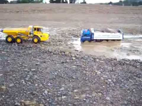 RC BIG TIPPER IN DANGER, RC ACCIDENT, Im Modder  www.modellkran.de