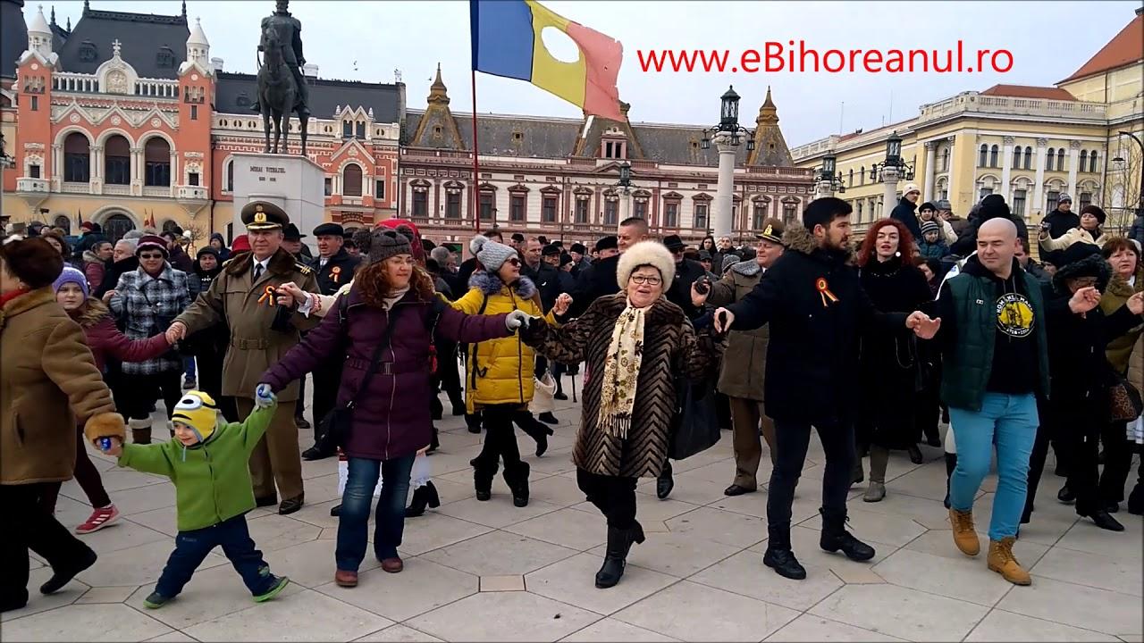 eBihoreanul.ro: Politicienii s-au prins în Hora Unirii cu orădenii