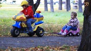 Дети и машина. Ремонт машины в автомастерской. МанкитуТайм(Детское видео с игрушками машинками. У девочки сломалась машина. Она позвонила в автомастерскую, что бы..., 2016-09-22T03:18:38.000Z)