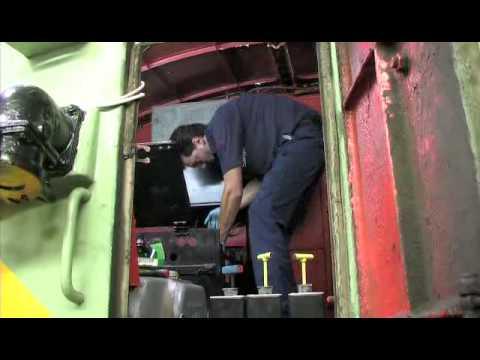 Locomotora 7702. Cambiando baterías