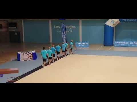 Unos padres dan una sorpresa a sus hijas con ejercicio de gimnasia rítmica
