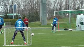 Акинфеев пропускает мяч, между ног, стоя в миниатюрных воротах