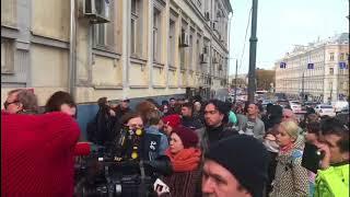 Коллеги и зрители пришли к Басманному суду поддержать Серебренникова