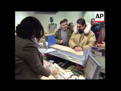 Italians collect new euro currency starter kits