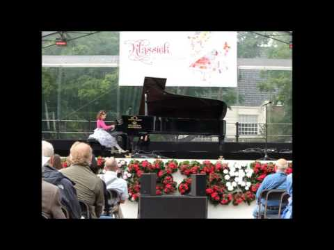 Klara Khomskii, 7 years old (piano) Klassiek op het Amstelveld 2016, Amsterdam, The Netherlands
