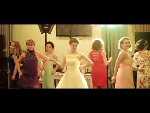 Танец с друзьями на свадьбе