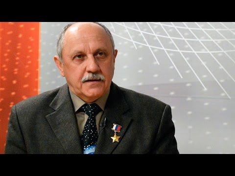 На фото Космонавт Юрий Усачёв восхищается Землёй изображение