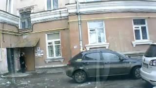 видео Сорванная крыша здания упала на машины