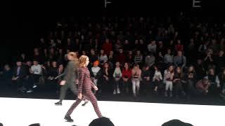 Смотреть видео DJ ANDREY NASH ШОУ БИЗНЕС МОСКВА Mercedes Benz Fashion Week Russia  Показ дизайнера VADIM MERLIS онлайн