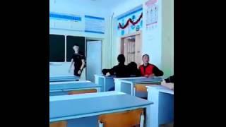 Учитель обзывает учеников на уроке химии.