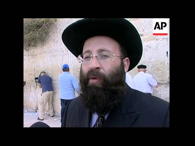 Rabbi clears out prayer notes from Judaism's Western Wall