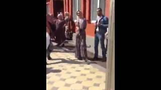Девушка на чеченской свадьбе стреляет из автомата