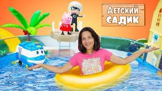 Мультик из игрушек -  Свинка Пеппа и супер крылья Диззи - Уроки плавания в Детском садике