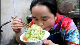 苗大姐炒一大锅菜,看似食堂大妈,吃太多菜有肉配就是香