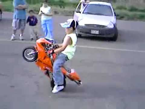 Mali Dečak Koji Vozi Mali Motor Na Jedan Točak Youtube