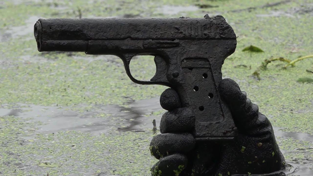 Поиск солдат в болоте, раскопки в металлоискателем