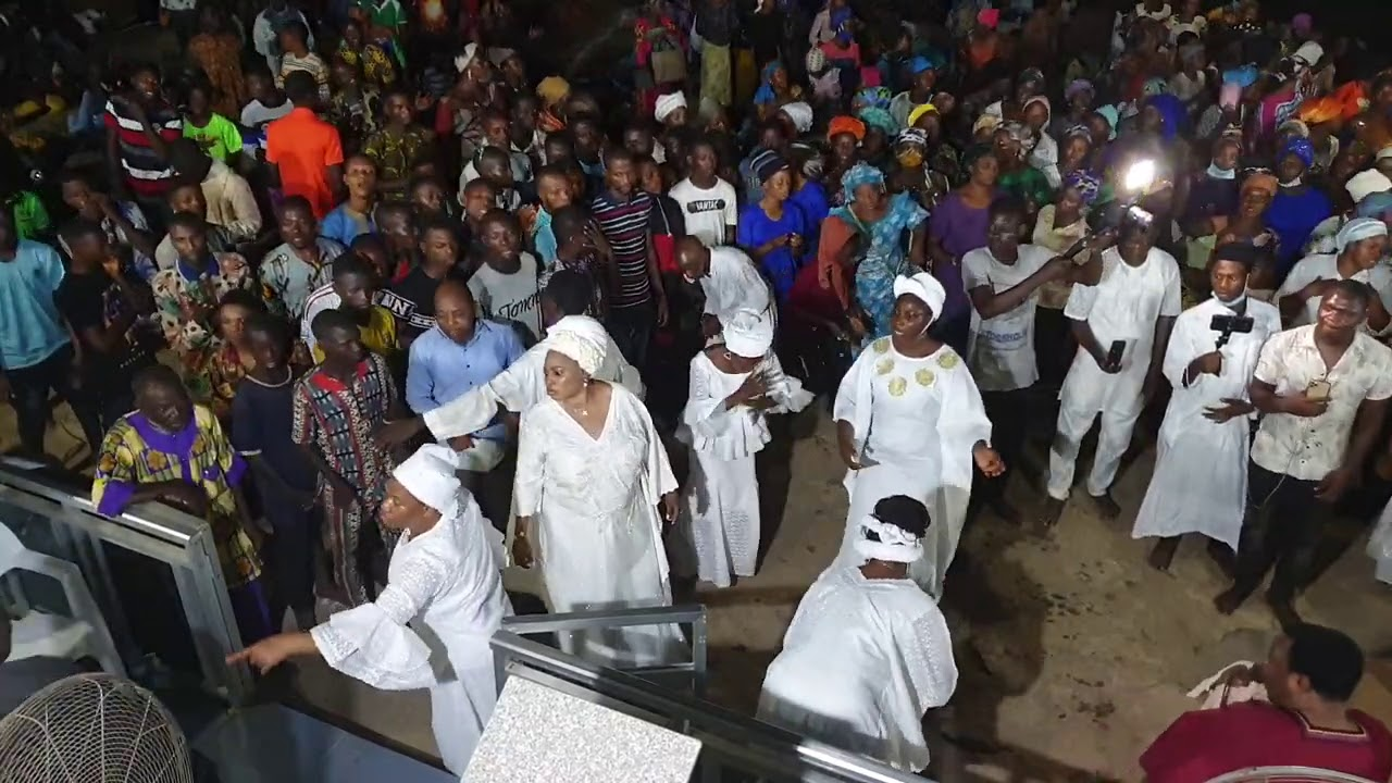 Download Prophetess mary Olubori in her magnificent style dances to the tunes of the Adegbodu twins in ibadan