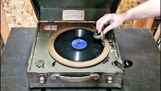 WWII-era record player that could be wound up and required no electricity, allowing soldiers to list