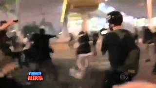 Coronel da pm   Apanhando de Manifestantes