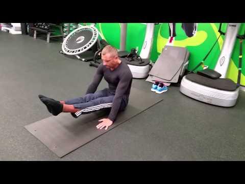 Personal Trainer Marius Lescius (leg lift in pike)