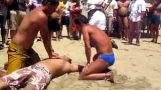 Repeat youtube video Rescate de ahogado en playa de Manzanillo
