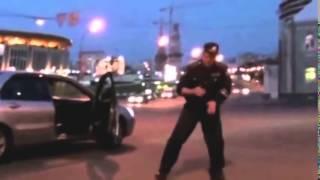 Гаишник показывает класс в брейк танце на дороге
