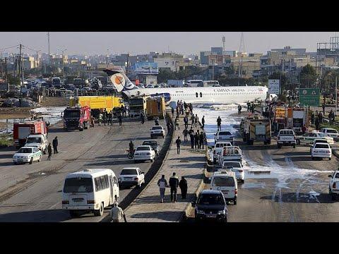 شاهد:  طائرة إيرانية تخرج عن المدرج وتهبط في الشارع  - نشر قبل 3 ساعة