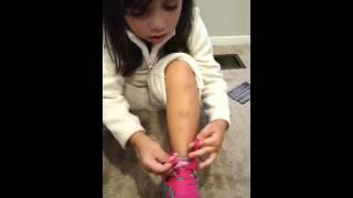 Toddler ties shoes tutorial ребенок учит завязывать шнурки