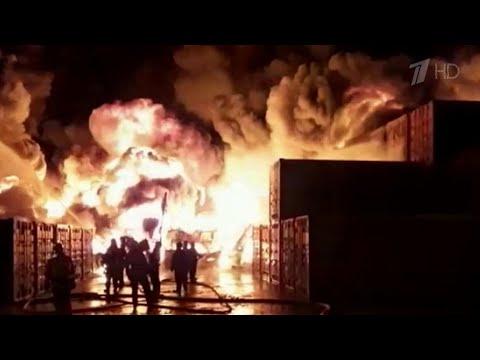 В Санкт-Петербурге локализован пожар в ангаре на площади 12 тысяч квадратных метров.