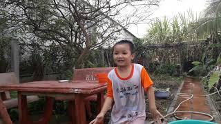 Hai bé lau bàn ghế đá với nhau vui quá - An Tuong Dau Tien