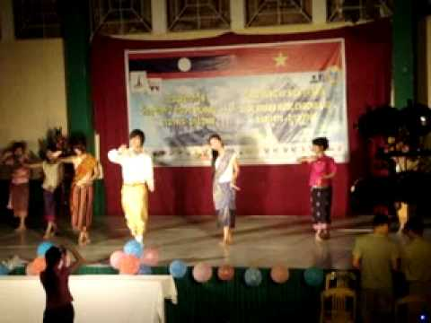 Lao students in Hue-dance muon thae ban hau