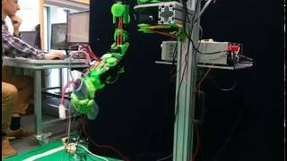 Soft robotic hand vertical grasping