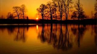 Tyliai leidžias pavargusi saulė + žodžiai thumbnail
