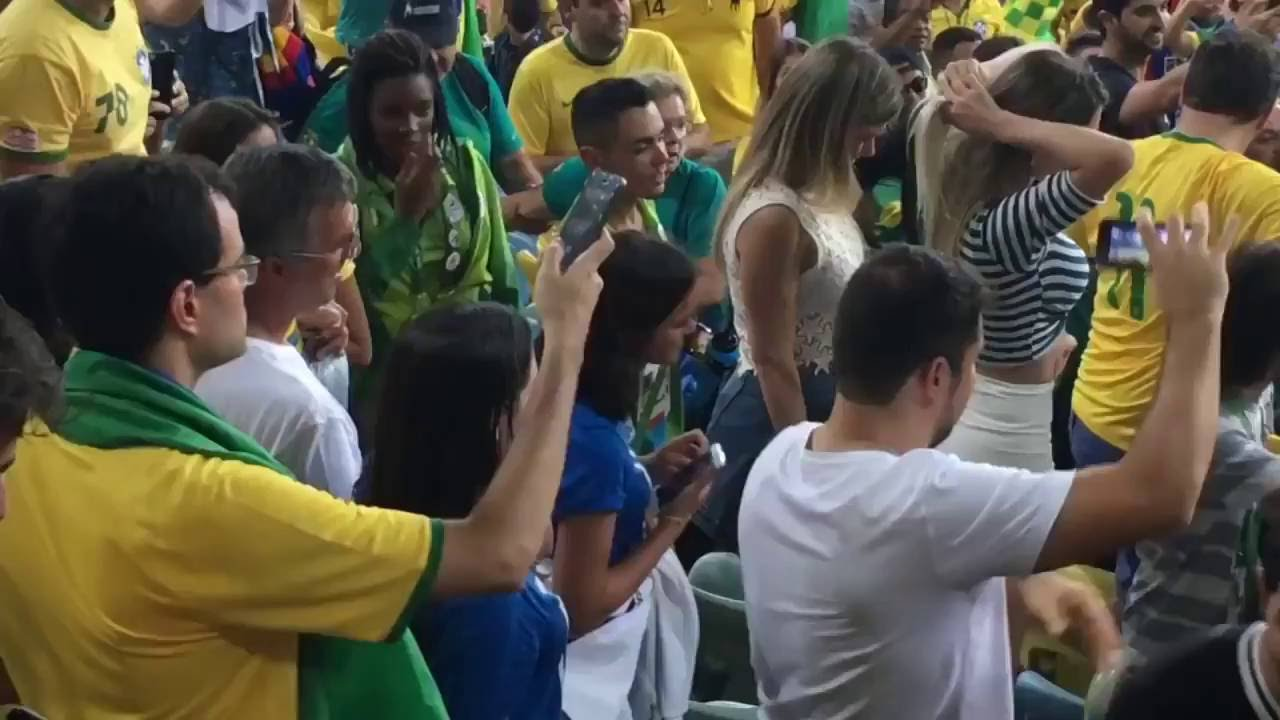 ca5730bbad9 Neymar abraça Bruna Marquezine na final das Olimpiadas 2016 - YouTube
