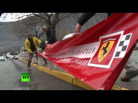 Фанаты Михаэля Шумахера отмечают его 45-летие около больницы