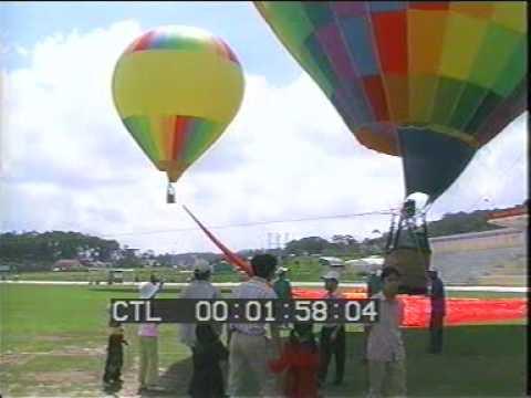 Khinh khí cầu kéo lá cờ Việt Nam