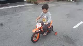 Danial naik moto baru
