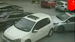 Driving Fail: Chinese driver uses 157-point turn to back out of parking spot