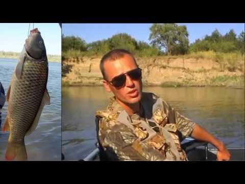 ловить сазана с лодки видео