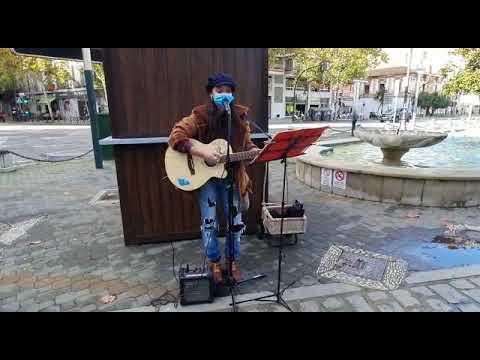 La artista Yeska con una canción propia tocando en la Plaza de Colón de Córdoba