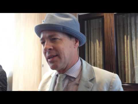 French Stewart dishes 'Mom' role on Critics' Choice TV Awards red carpet